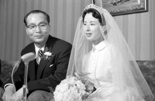 57年7月、結婚式を終え会見する八千草薫と谷口千吉監督