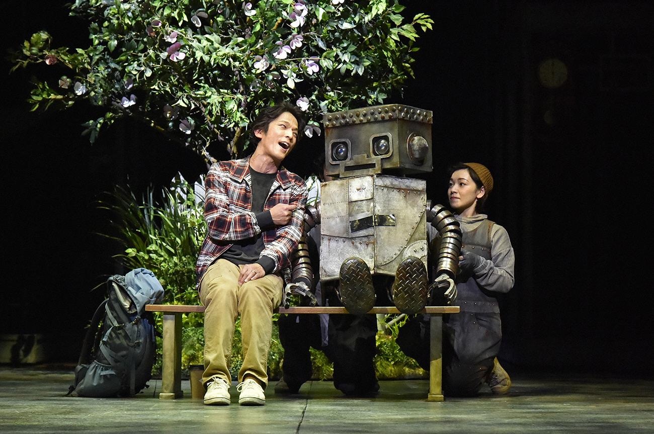 舞台で演じる田辺真也(左)とタング