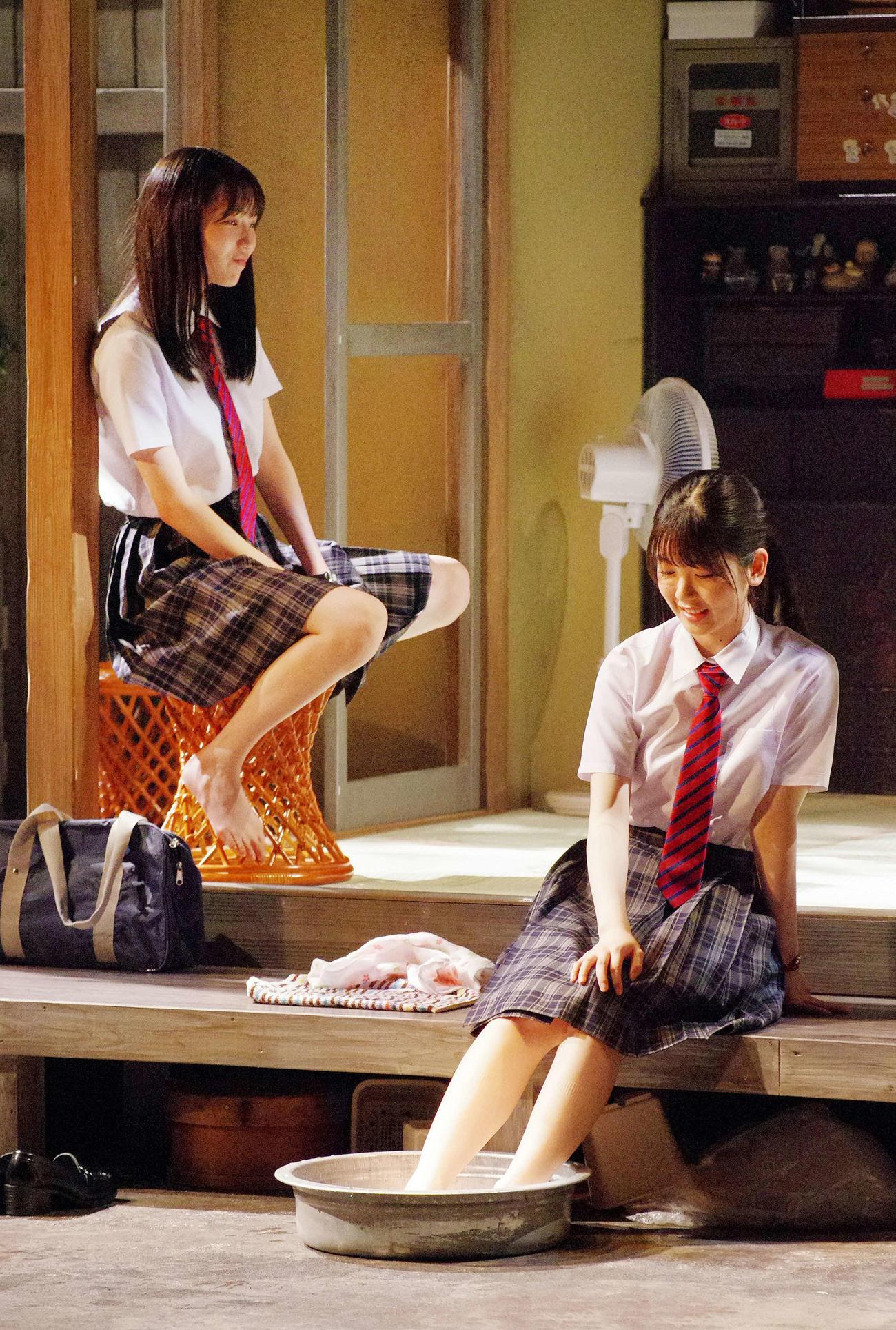 舞台「目頭を押さえた」の通し稽古に臨んだ筒井あやめ(右)と秋田汐梨