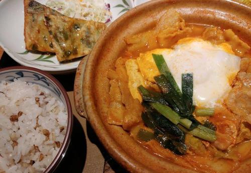 韓国料理店がたち並ぶ新宿・大久保通りであえてやよい軒に入りチゲ定食を食べる。そこに定食チェーンフリークのロマンがある