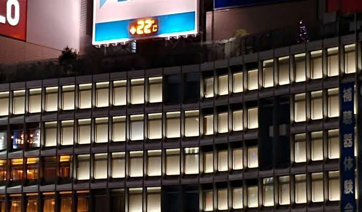 3連休前夜の新宿は午後7時半の時点で気温22℃。冬間近とは思えぬ暖かさだった