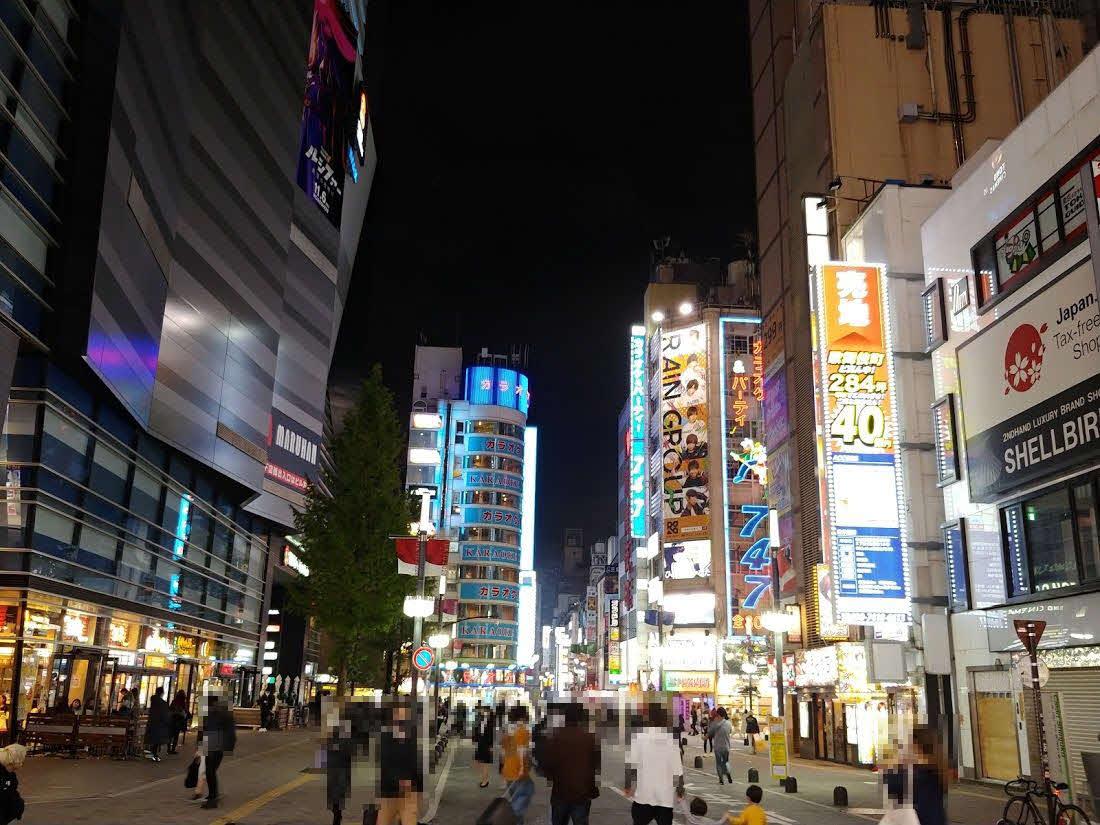 3連休前夜の歌舞伎町中心部。全国のコロナ感染者数が過去最高を更新する中、人出が激減したというほどまでの印象はなかったが、それよりも右側のビルにある「売地 歌舞伎町ど真ん中 40億円」と書かれた派手な看板が目立ちまくっている