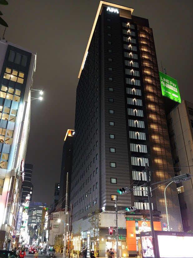 """さまざまな業種で閉店も相次ぐ中、今月6日に堂々開業したアパホテル「東新宿 歌舞伎町タワー」はかなりの存在感。ただ、向かい側にある""""韓国ちゃんぽん""""などの韓国風中華専門店「香港飯店0410」前の行列もかなり気になった"""
