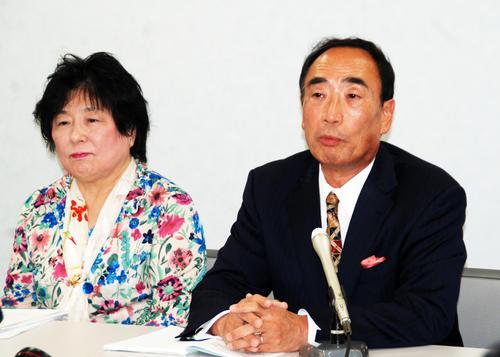 裁判が結審し、会見する「森友学園」の前理事長籠池泰典被告(右)妻諄子被告(2019年10月30日撮影)