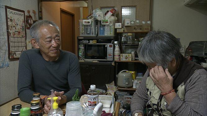 「震災障害者」の自宅を訪問する牧秀一さん(左)(MBSテレビ提供)