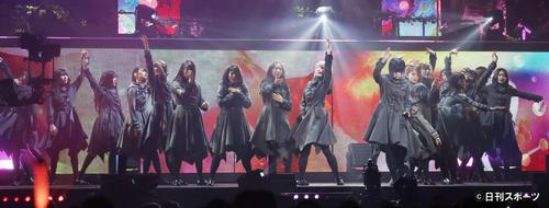 迫力あるパフォーマンスをする欅坂46のメンバー