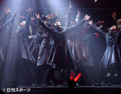 平手友梨奈(中央)を中心にしたステージでパフォーマンス
