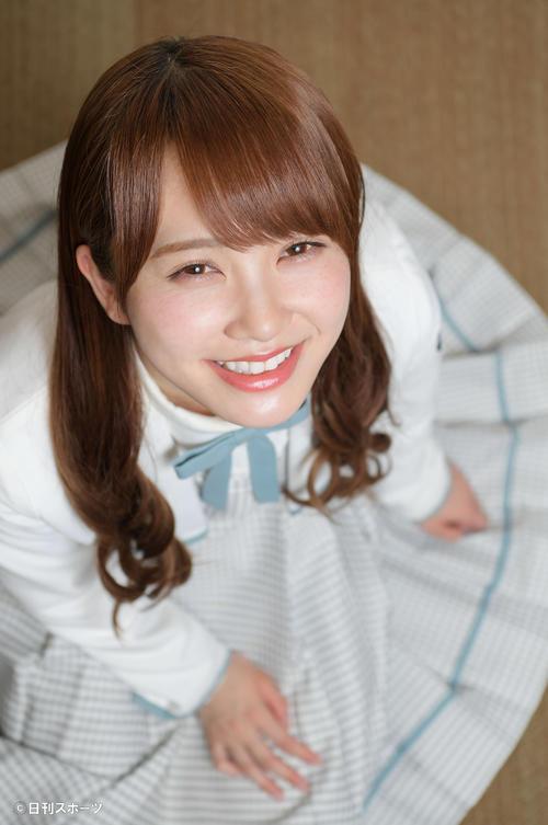 スカートを広げてチャーミングな笑顔を見せる日向坂46加藤史帆(撮影