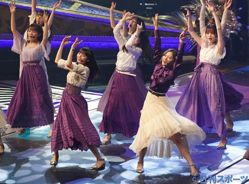 19年12月、日本レコード大賞で熱唱する齋藤飛鳥(手前左)、白石麻衣(同右)ら乃木坂46メンバー