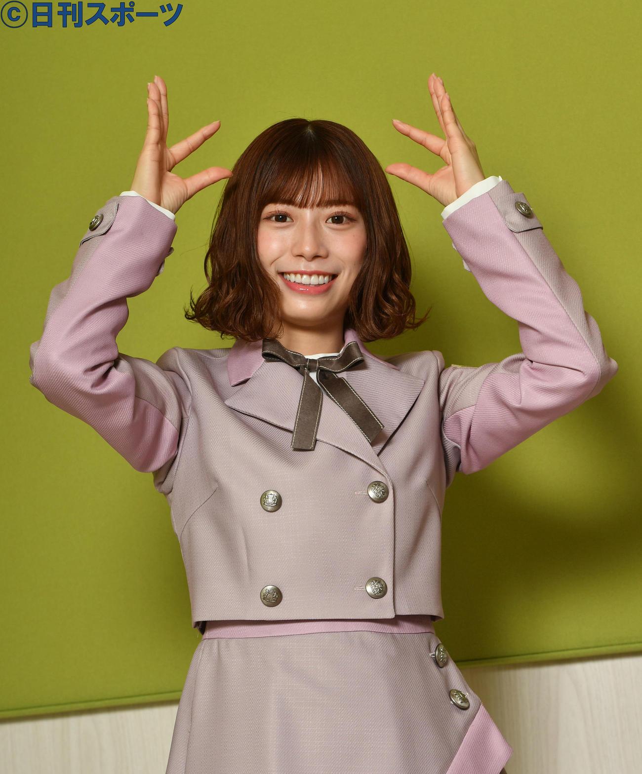 日向坂46の「ヒ」のポーズをする東村芽依(撮影・柴田隆二)