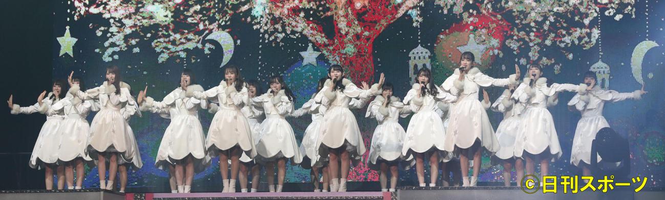 18年12月、クリスマスツリーの映像とともに、「ひらがなけやき」を披露するけやき坂46のメンバー