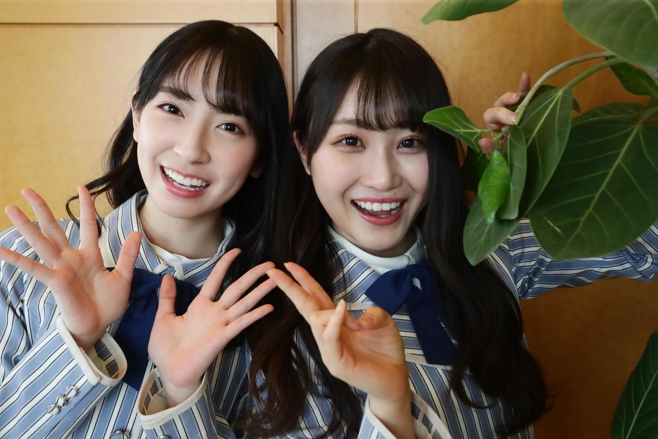 上村ひなのがカメラマンのカメラで撮影した金村美玖(左)と潮紗理菜