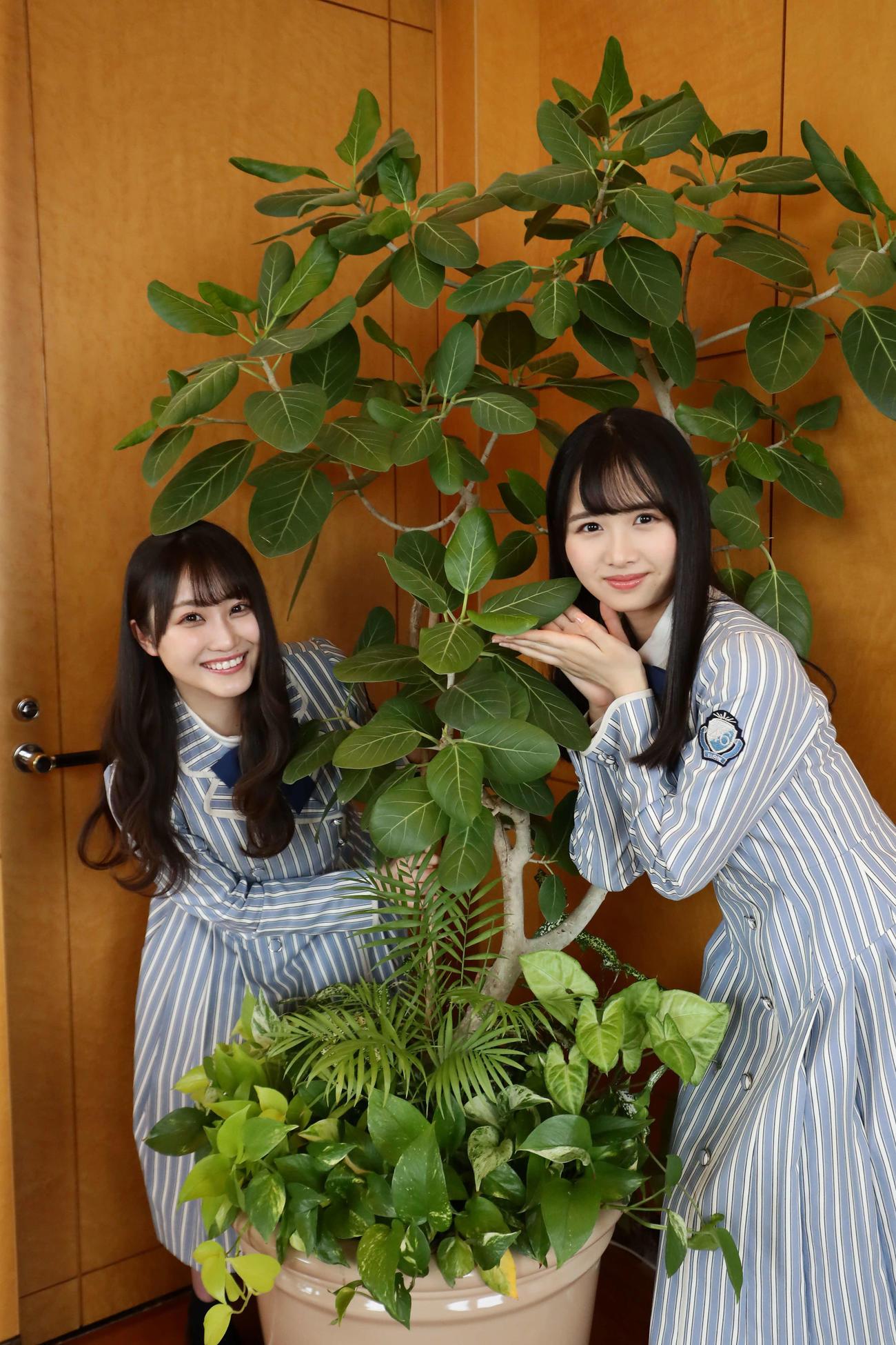 金村美玖がカメラマンのカメラで撮影した潮紗理菜(左)と上村ひなの
