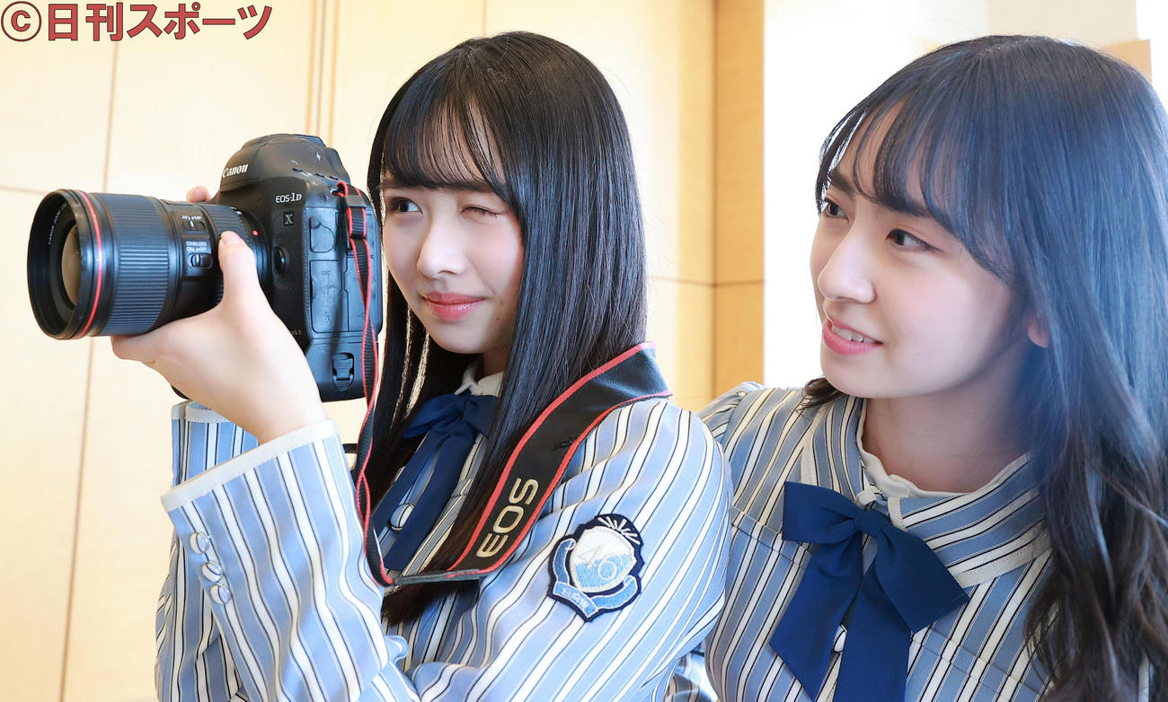 一眼レフカメラが好きという日向坂46の金村美玖(右)は、上村ひなのに撮影方法を教える(撮影・浅見桂子)