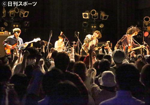 河内REDSは「東京ガール」リリース記念のライブで会場を盛り上げる