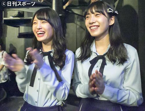 ライブ鑑賞中の新澤菜央(左)と横野すみれ