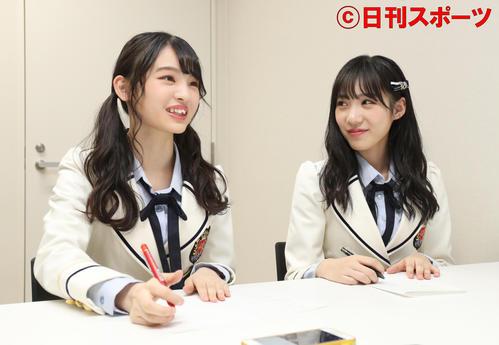 美笑女グランプリに輝いた高野渚さんを取材するNMB48新澤菜央(左)と横野すみれ(撮影・白石智彦)