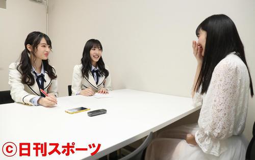 美笑女グランプリに輝いた高野渚さんを取材するNMB48新澤菜央(左手前)と横野すみれ(左奥)(撮影・白石智彦)