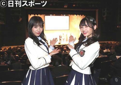 美笑女グランプリ決勝を取材するNMB48横野すみれ(左)と新澤菜央(撮影・白石智彦)