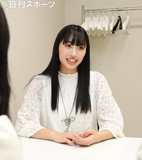 NMB48新澤菜央と横野すみれの取材を受ける美笑女グランプリに輝いた高野渚さん(撮影・白石智彦)