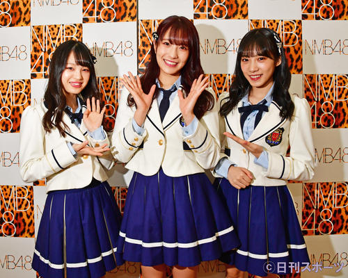 キャプテンの小嶋花梨(中央)に突撃する新澤菜央(左)と横野すみれ(撮影・清水貴仁)
