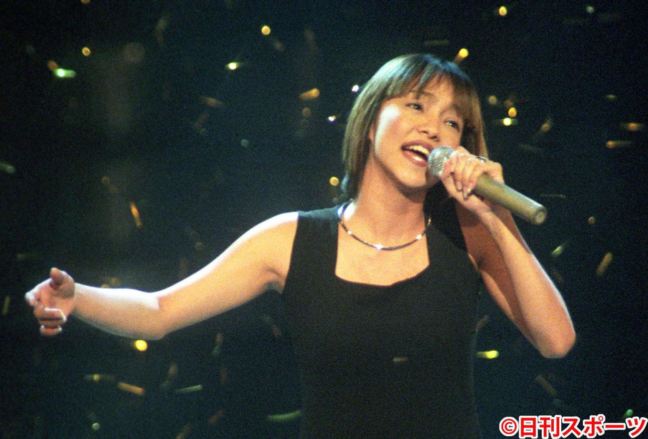 97年12月31日、第48回紅白歌合戦で熱唱する安室奈美恵