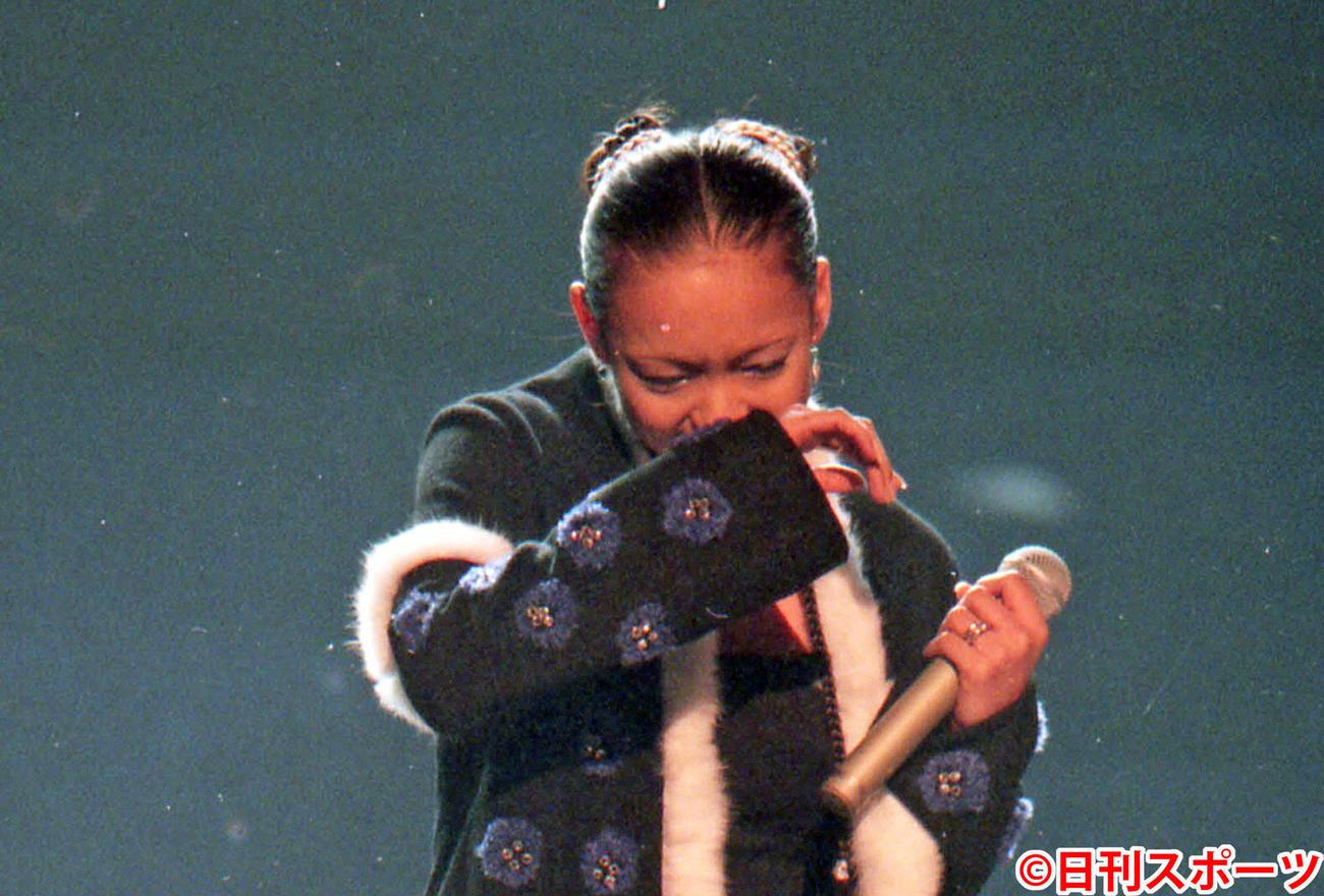98年12月31日、第49回NHK紅白歌合戦で号泣する安室奈美恵