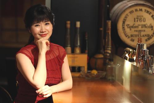都内のバーでの卓球元女子日本代表の福原愛さん。しっとり漂う大人の雰囲気に「愛ちゃん」ではなく、「愛さ~ん!」と心の中で叫びながら撮っていました(撮影・狩俣裕三)