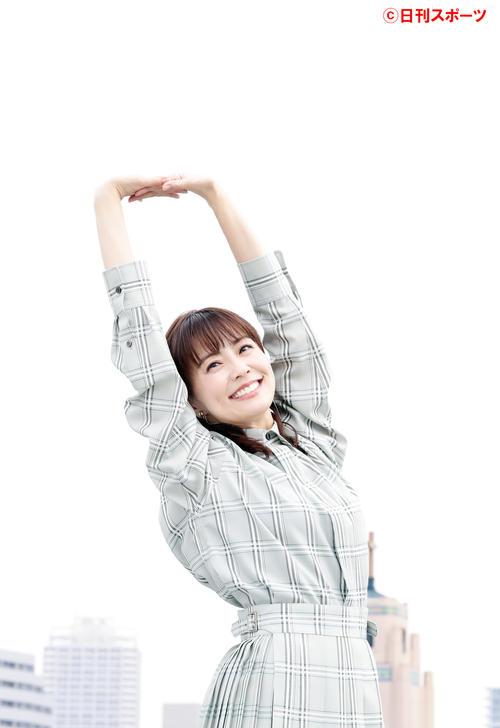 新しい事に挑戦も始め、外で「気持ちいい~」と手を広げて笑顔を見せる小林麻耶(撮影・浅見桂子)