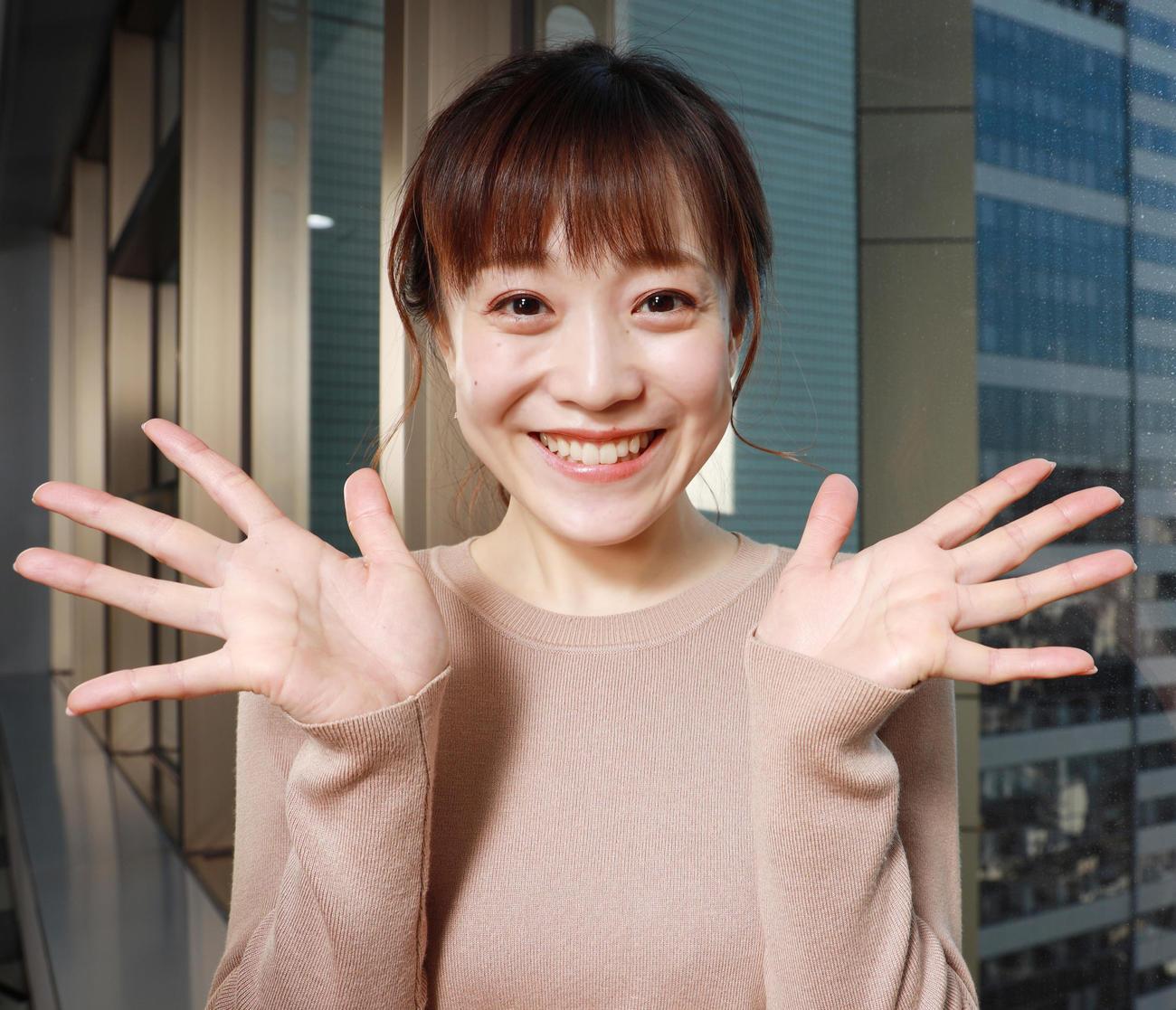 春にピッタリの笑顔で手を振るTBS江藤愛アナウンサー(撮影・中島郁夫)