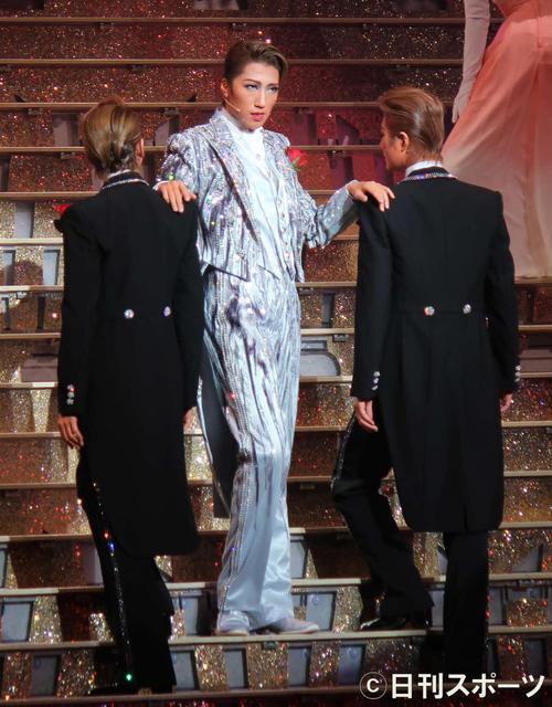 ウイスキーをテーマにしたショーに臨み、芹香斗亜(右)桜木みなと(左)の肩に手をやり、大階段を下りる(撮影・村上久美子)
