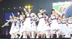 東京ドームのステージで「夏のFree&Easy」を披露する乃木坂46