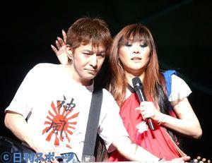 全国ツアー最終公演の日本武道館で肩を組んで歌うglobeの小室哲哉(左)とKEIKO(2002年6月6日撮影)