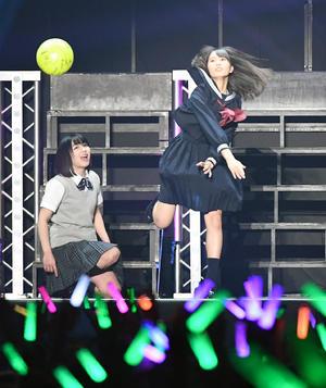 ファンに向かってスパイクする、けやき坂46の小坂菜緒。左は渡辺美穂 (撮影・山崎哲司)