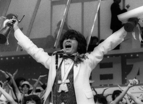 「YOUNG MAN (Y.M.C.A.)」で第10回日本歌謡大賞に輝き歌唱する西城秀樹(1979年11月23日撮影)