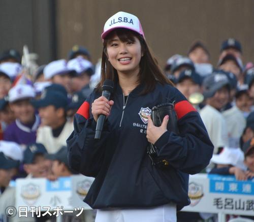 中学生の前で始球式に登板した稲村亜美(2018年3月10日撮影)