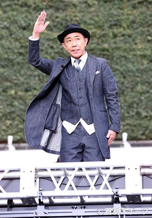 映画「いぬやしき」のイベントで、ステージのスクリーンの上から飛び出しあいさつする木梨憲武(撮影・浅見桂子)