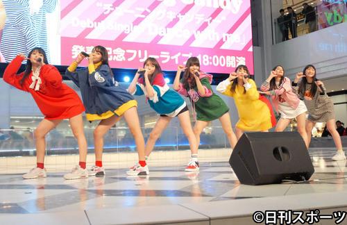 デビュー曲「Dance with me」発売記念イベントでパフォーマンスするチューニングキャンディー。左から優美香、千夏、LILI、ソフィー、ゆうり、琴音、愛子(撮影・大友陽平)