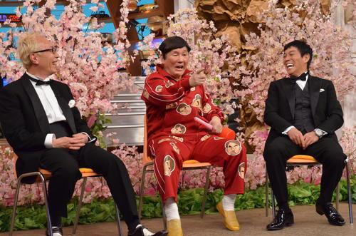 日本テレビ系「世界まる見えテレビ特捜部 おめでとう! 28周年 春満開! おめでたSP」で語り合う、左から所ジョージ、ビートたけし、明石家さんま(C)日本テレビ