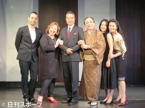 舞台「すなっくラ・ボエーム」の出演者たち。左から勝野洋輔、キャシー中島、勝野洋、渋谷天外、草刈麻有、勝野雅奈恵