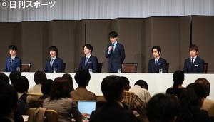 年内でのジャニーズ事務所の退社を発表した関ジャニ∞の渋谷すばる(中央右)(撮影・足立雅史)