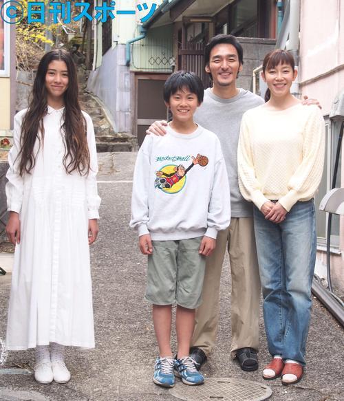 映画「まく子」に出演する、左から新音、山崎光、草なぎ剛、須藤理彩