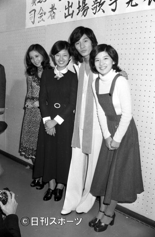 74年11月20日、NHKの第25回「紅白歌合戦」初出場が決まった左からあべ静江、山口百恵、西城秀樹さん、桜田淳子