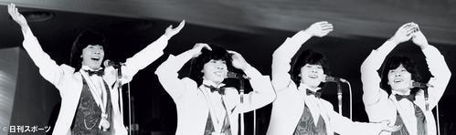 「YONNG MAN」でY.M.C.Aのポーズをとる西城秀樹さん(79年撮影=合成)