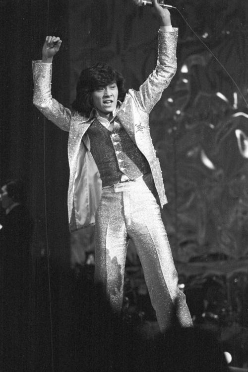 74年12月31日、第16回日本レコード大賞で熱唱する西城秀樹さん