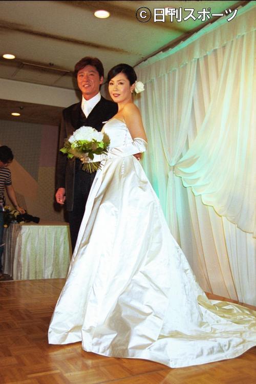 01年7月8日、結婚披露宴での西城秀樹さんと新婦の美紀さん