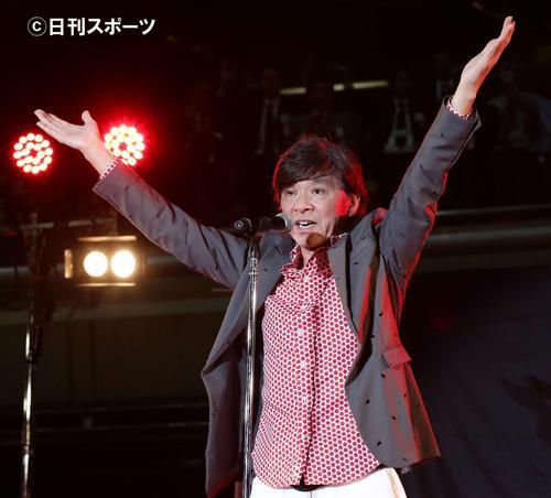 16年5月8日、「都民体育大会」と「東京都障害者スポーツ大会」の合同開会式で「YOUNG MAN」を披露し「Y」ポーズの西城秀樹さん