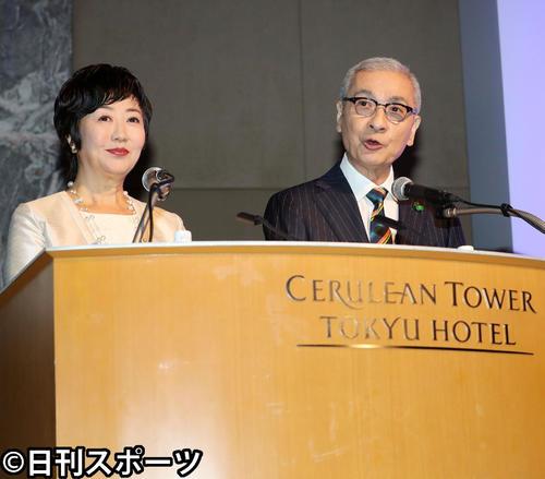 「第55回ギャラクシー賞」贈賞式の司会を務めた久米宏(右)と小宮悦子(2018年5月31日撮影)