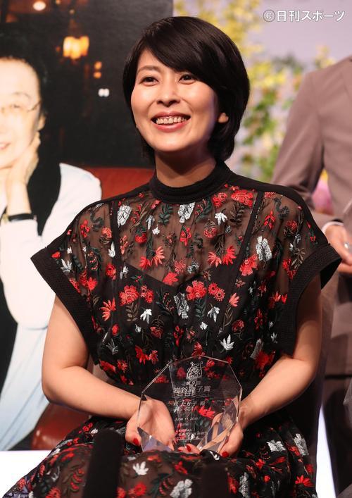 「岩谷時子賞」を受賞し笑顔を見せる松たか子(撮影・野上伸悟)