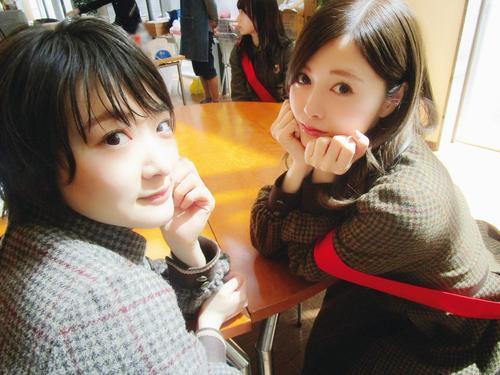 「乃木坂46写真集 乃木撮 VOL.01」に収録される乃木坂46卒業前の生駒里奈(左)と白石麻衣のツーショット。秋元真夏が撮影した